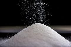 sucre-débordant-formant-une-pile-comme-elle-tombe-95513115