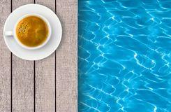 piscina-y-taza-de-café-en-cubierta-51188722